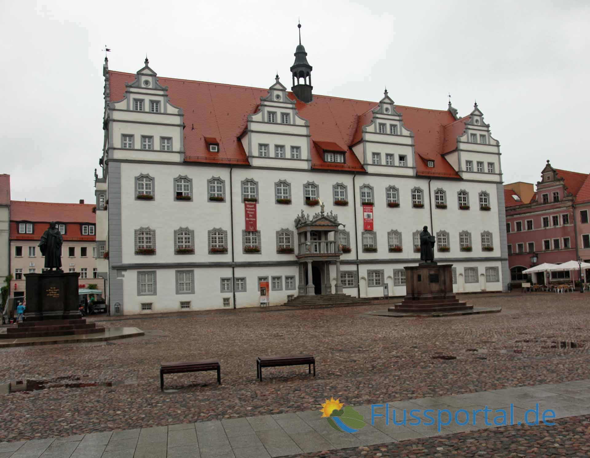 Am Wittenberger Rathaus sind die Standbildbilder Luthers und Philipp Melanchthons zu sehen
