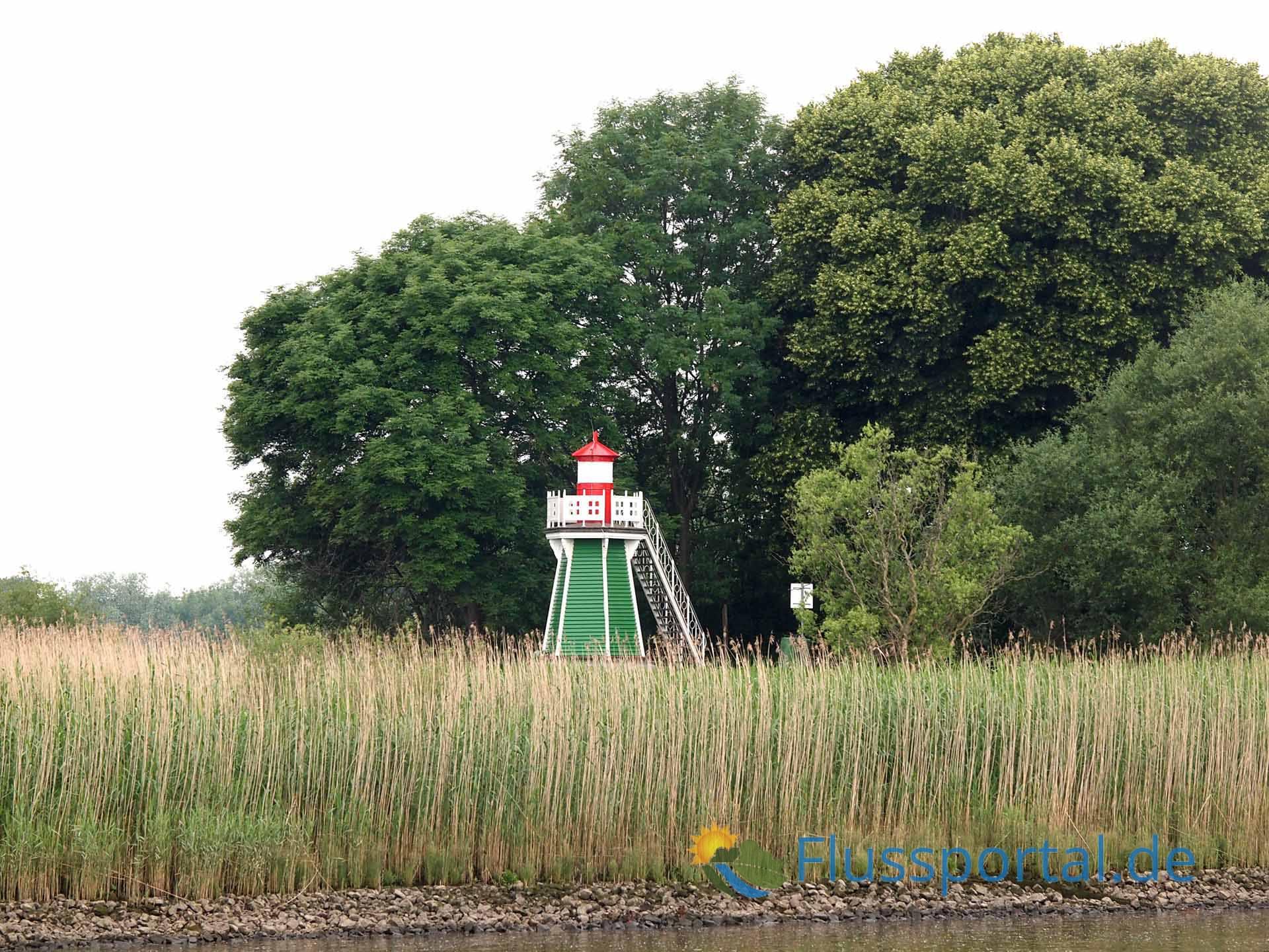 Der Leuchtturm an der Bunthäuser Spitze signalisiert die Einfahrt in die Norderelbe