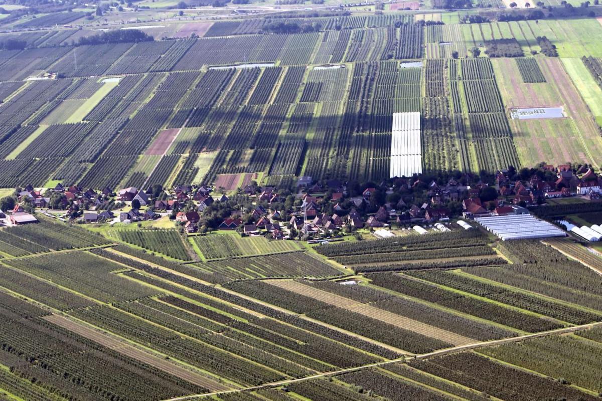 Das Marschhufendörfer sind die Siedlungen in Form des Reihendorfs, jedoch mit Hufen, den streifenförmigen Fluren im Marschland