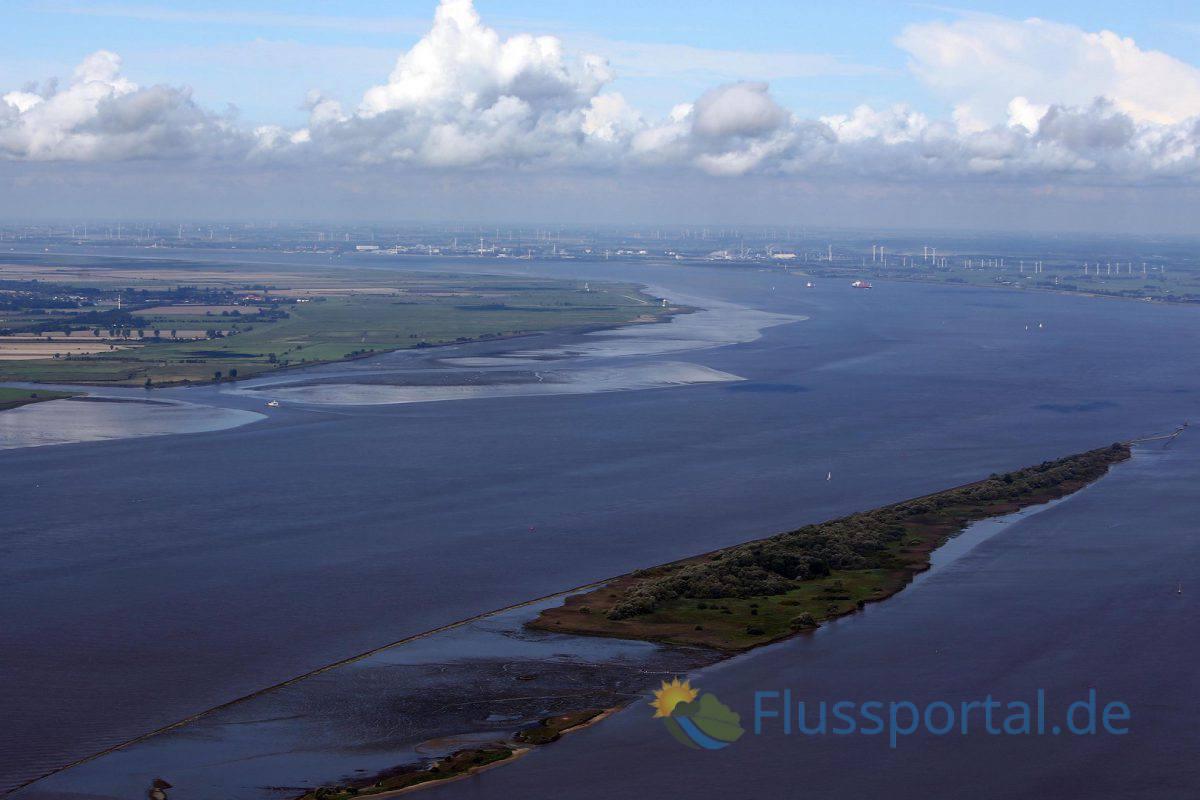 Westlich der Rhinplate verläuft das Hauptfahrwasser der Unterelbe, östlich verläuft die Glückstädter Nebenelbe