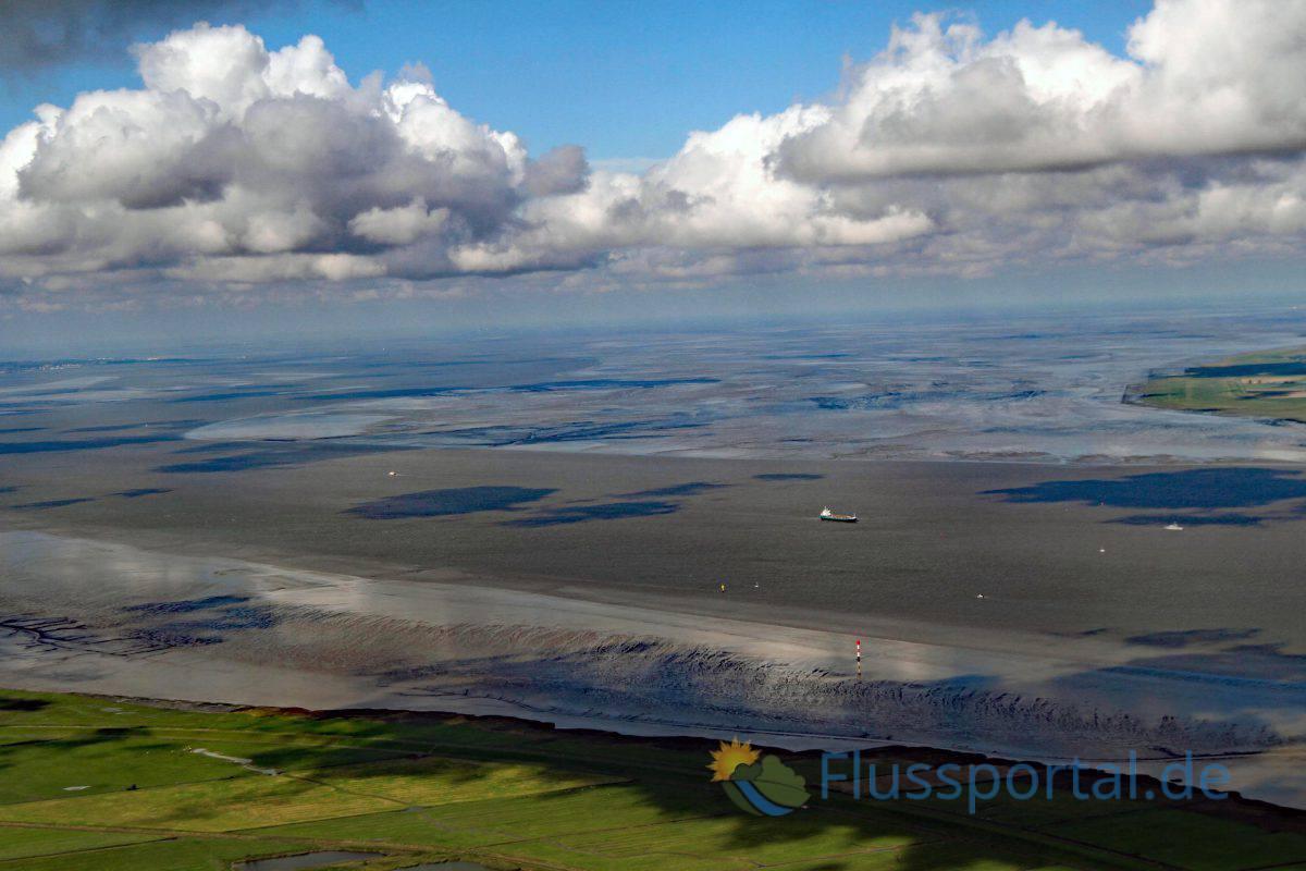 In der Trichtermündung öffnet sich Elbe auf eine Breite von fast 18 Kilometern  Die Flut trifft entlang des Prallhanges Niedersachsens 2 Stunden früher ein –im Vergleich zur Küstenlinie Schleswig—Holsteins