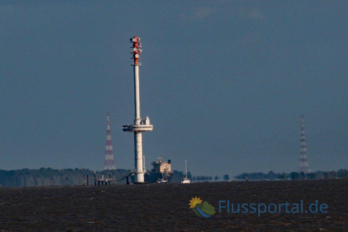 Ein Blick zurück auf den Radarturm auf der Rhinplate vor Glückstadt