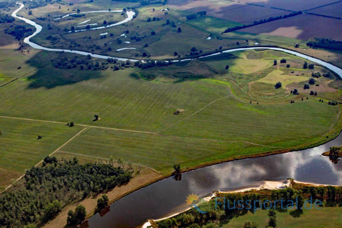 Aus Richtung Breslau kommend benutzte bisher hur die Schwarze Elster das Urstromtal, in das die Elbe nun hineinströmt.