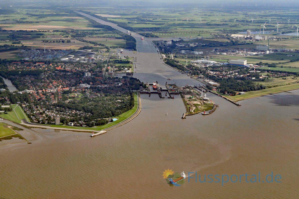 Im Jahr 2011 durchfuhren den Kanal 33.500 Schiffe Nord– Ostsee Kanal bei Brunsbüttel