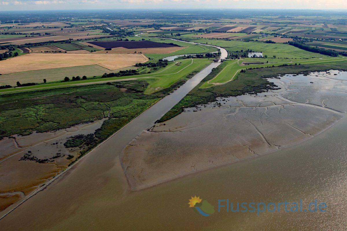 Die Pinnau mündet vor Pagensand