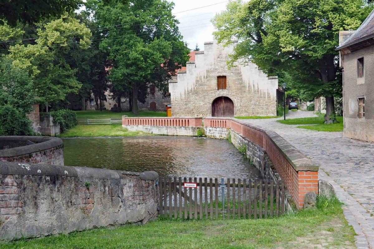 Die Kleine Saale verlässt im Klosterbereich die Kornmühle