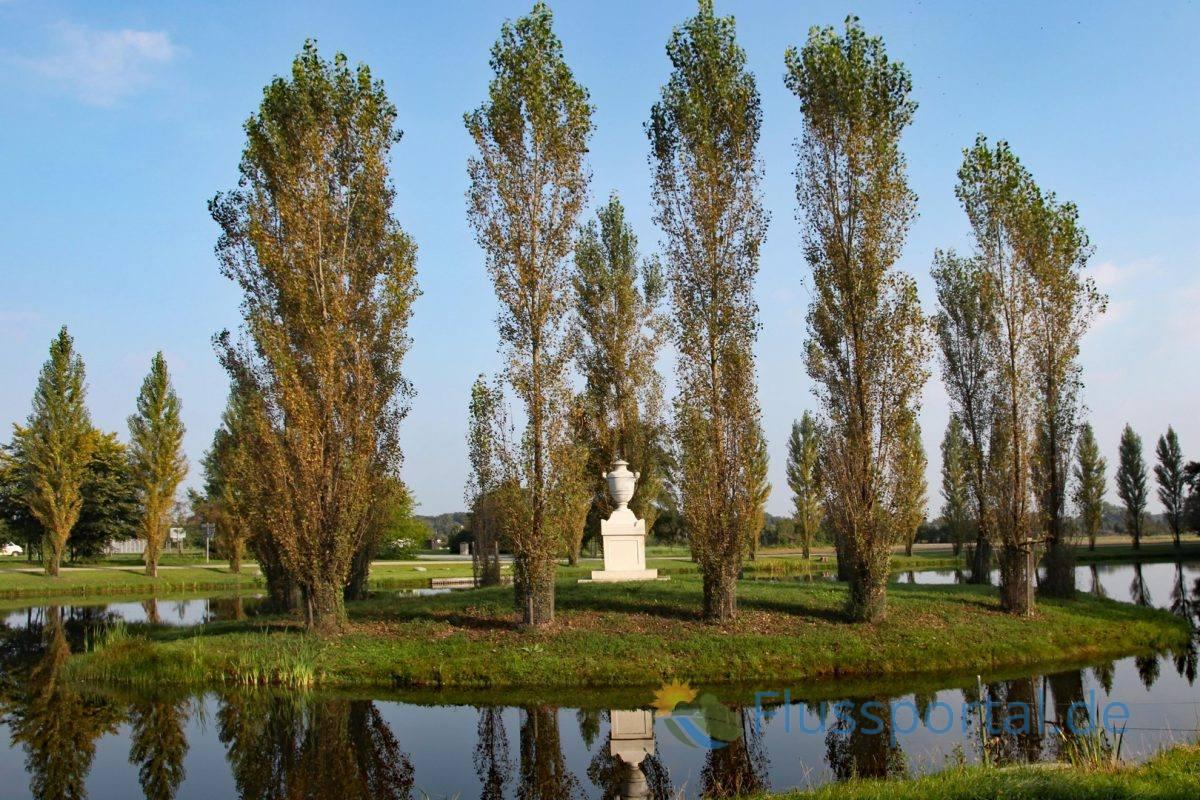 """Als Rousseau-Insel werden künstlich angelegte, kleine Inseln in Seen bezeichnet, die der Grabstätte von Jean-Jacques Rousseau auf der """"Île des peupliers"""" (Insel der Pappeln) nachgestaltet sind"""