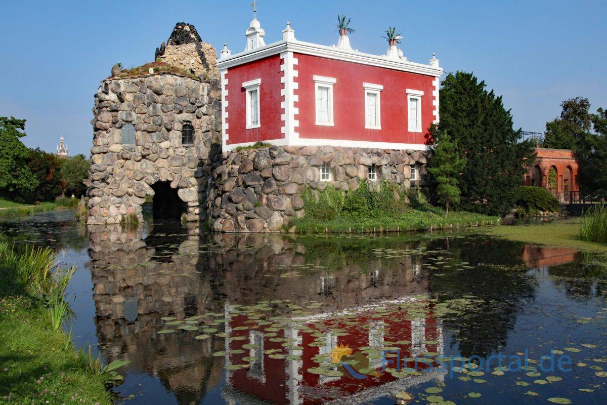 Die nur drei Zimmern bestehende Villa Hamilton auf der Felseninsel Stein ist dem tatsächlichen Wohnhaus Hamiltons nachempfunden
