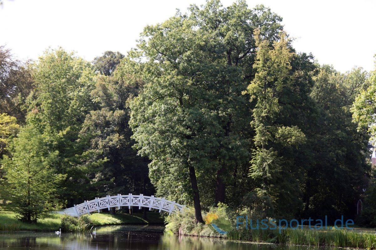 Die Chinesische oder Weiße Brücke führt über den Wolfskanal an der Einmündung in das Kleine Wallloch