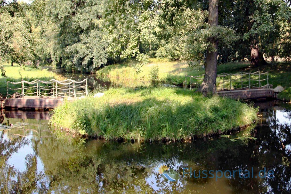 Unweit der Kettenbrücke führen zwei kleine hintereinander liegende Schwimmbrücken über den Kanal