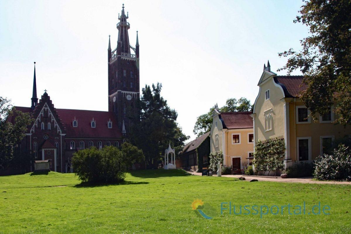 Die neugotische Umgestaltung der St. Petri Kirche, der 66 Meter hohe Kirchturm und die neugotischen Fenster entstanden durch den Umbau des romanischen Vorgängerbaus