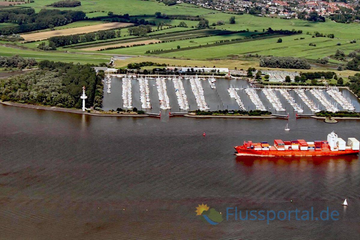 Der Hamburger Yachthafen im Mündungsgebiet der Wedeler Au mit seien 1.950 Liegeplätzen mit Bootstegen von 4,6 Kilometern Länge