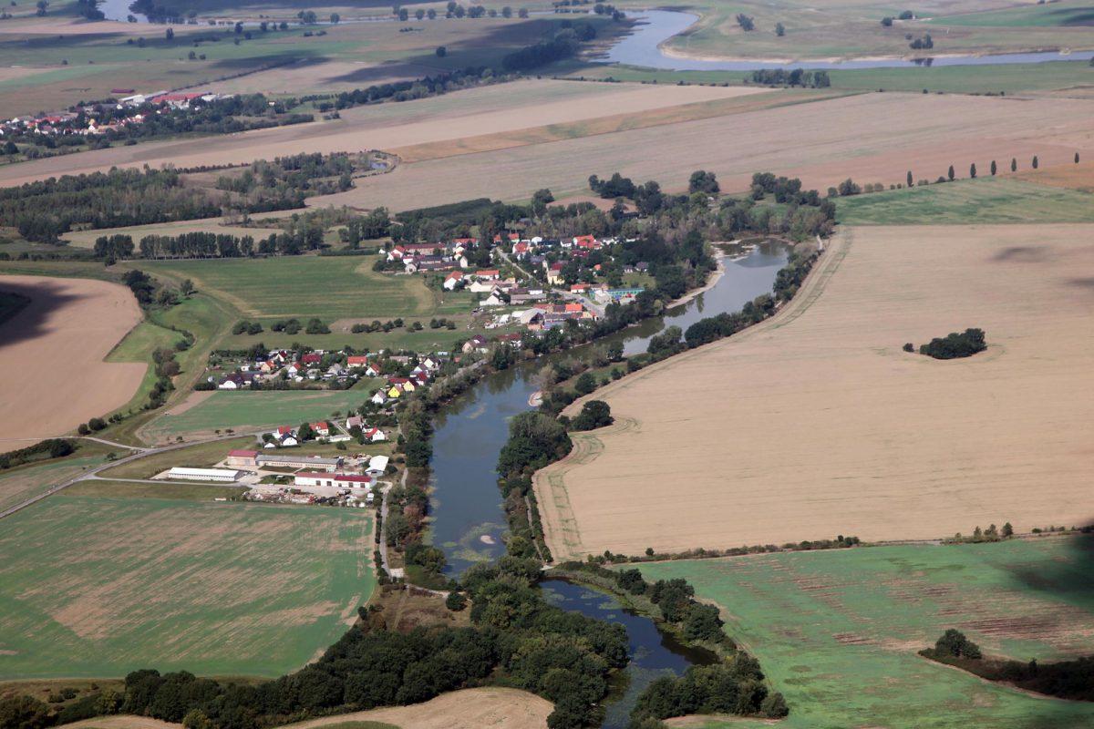 Döbern, wachsendes Städtchen mit gepflegtem Auenwiesen am alten Elbarm der Torgauer Elbaue