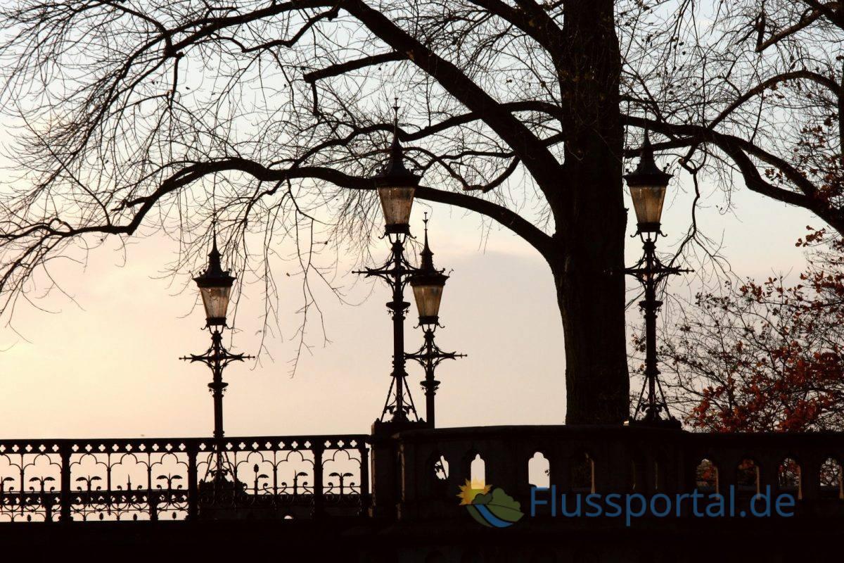 """Die Schwanenwikbrücke leitet ihren von """"Schwanen-Bucht"""" ab, denn hier war der Lieblingsplatz der Alsterschwäne"""