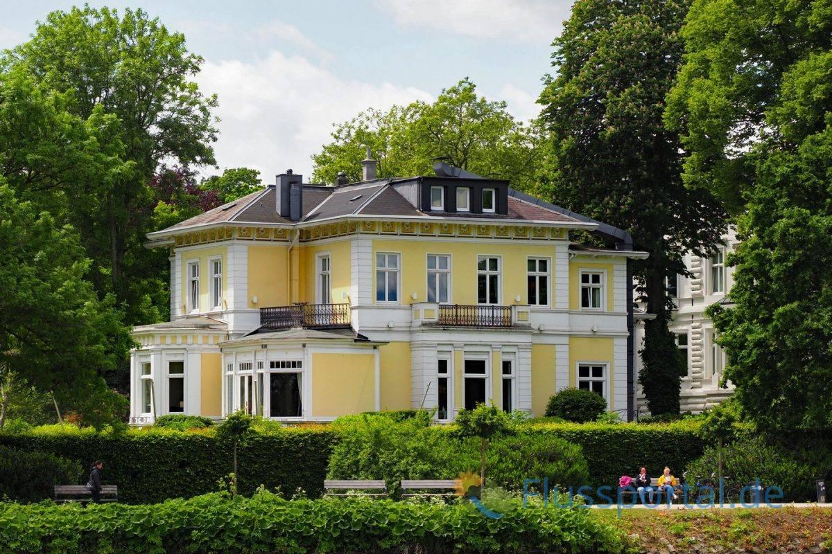Der Alsterwanderweg führt vor der Villa des Anglo-German Club vorbei