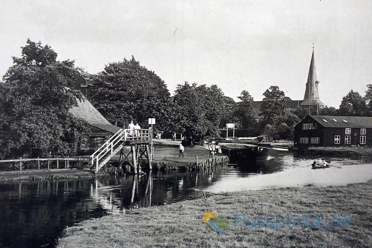 Im Jahr 1913 vor Beginn der Kanalisierungsarbeiten fotografierte Die Baubehörde den alten Alsterlauf jenseits der Winterhuder Brücke
