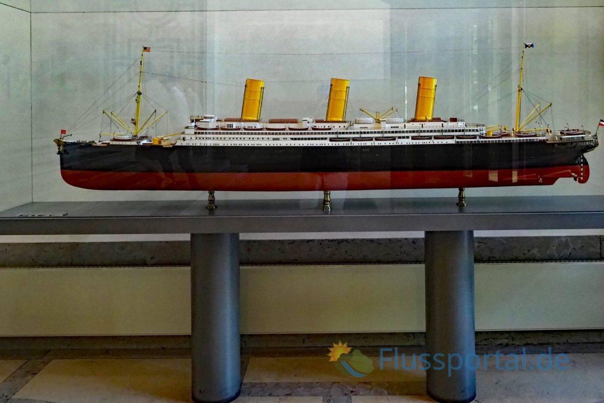 """Das Modell des """"Imperator"""" in der Eingangshalle des Hapag Lloyd Gebäudes"""