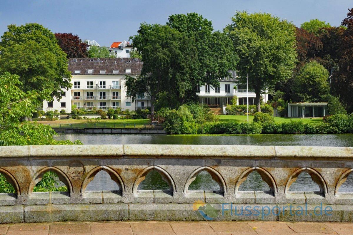 Der Blick von der Feenteichbrücke auf die VillenERA