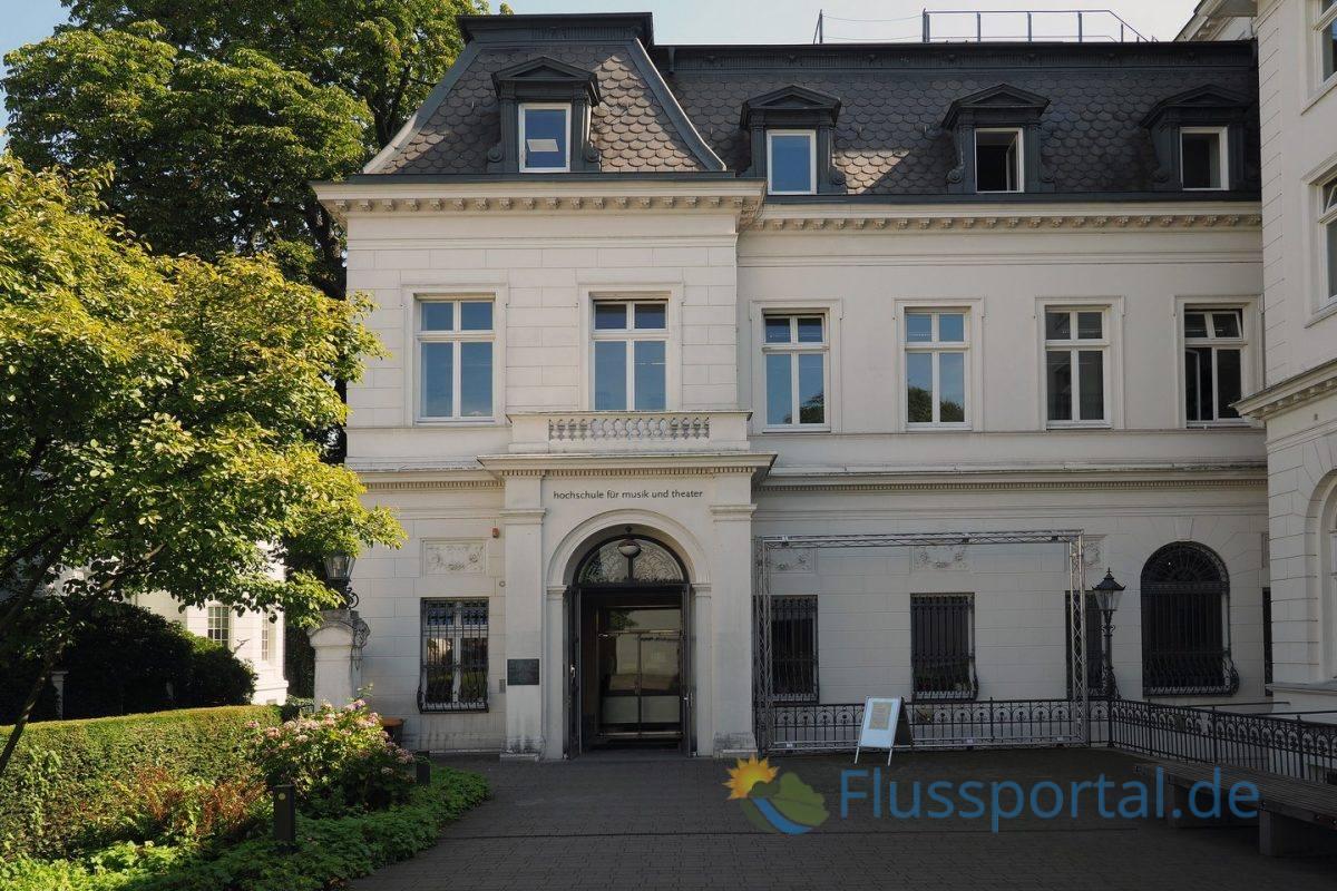 Die Staatliche Hochschule für Musik und darstellende Kunst der Milchstraße hat internationalen Rang