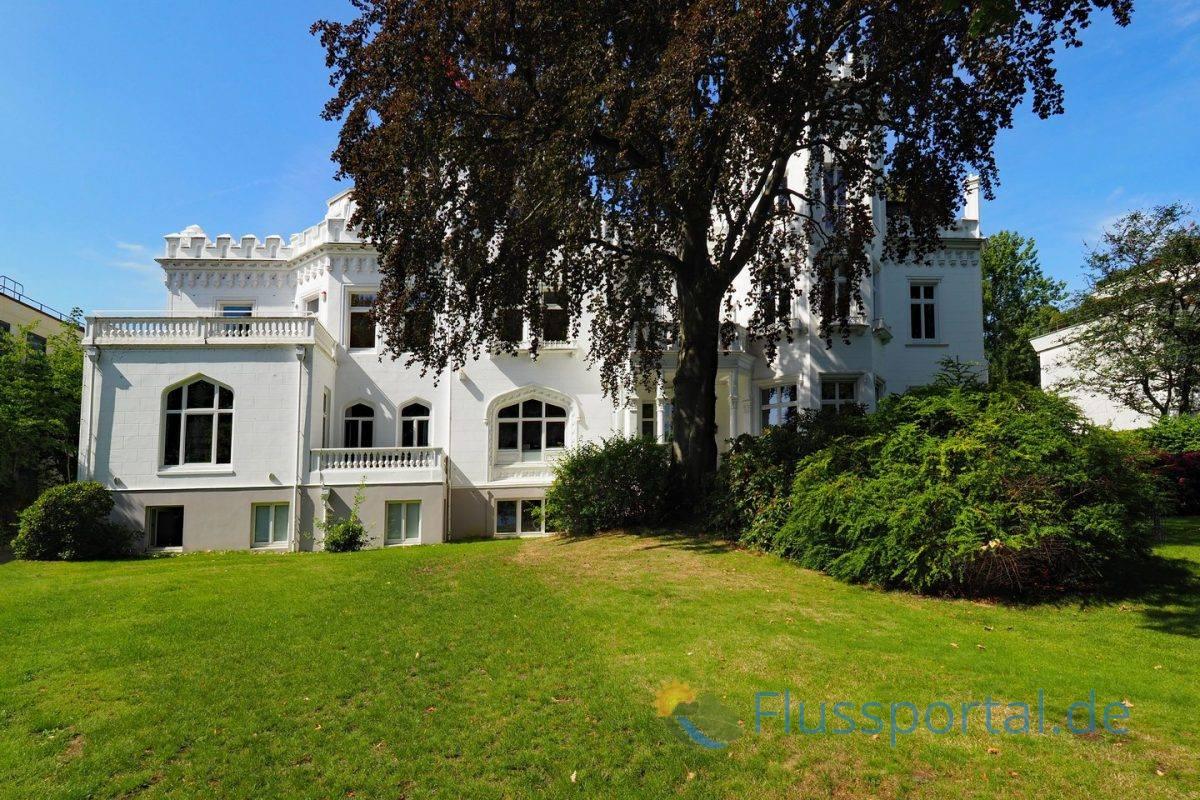 Die Doppelvilla wird wegen des burgenähnlichen Aussehens mit Zinnen und Staffelgiebeln Slomanburg genannt