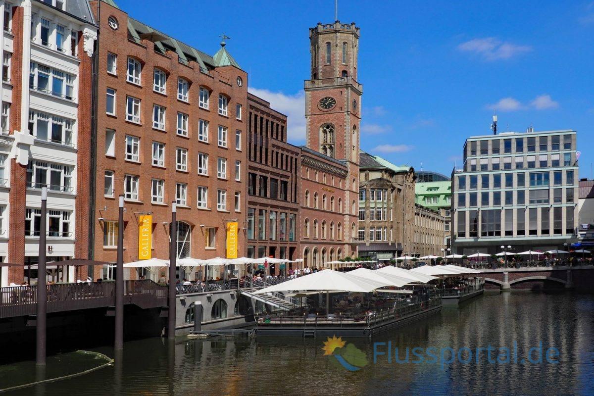 Das Bleichenfleet ist eine Verlängerung des Herrengrabens und liegt in unmittelbarer Nähe des Rathausplatzes