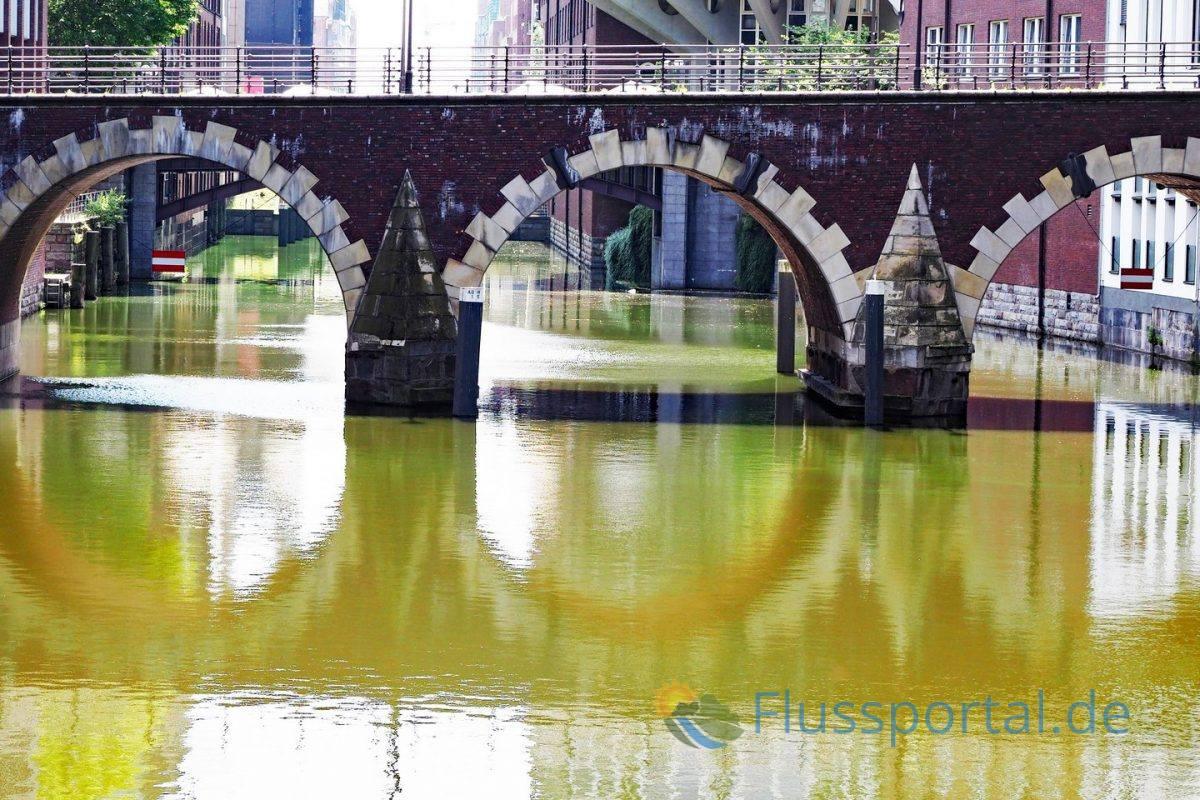 Die Ellerntorsbrücke ist ein der ältesten Brücke Hamburgs, die seit 1973 unter Denkmalsschutz steht