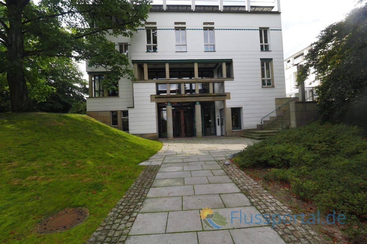 Das Verlagsgebäude Hoffmann und Campe hinter der Heine - Villa