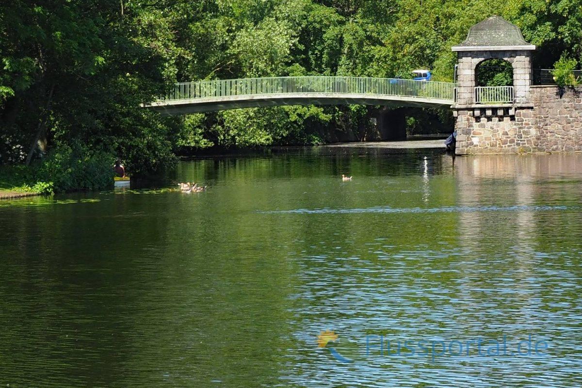 Die Hayns Parkbrücke überquert den Zufluss der Tarpenbek und führt von Park auf die Bastion und die Meenkwiese