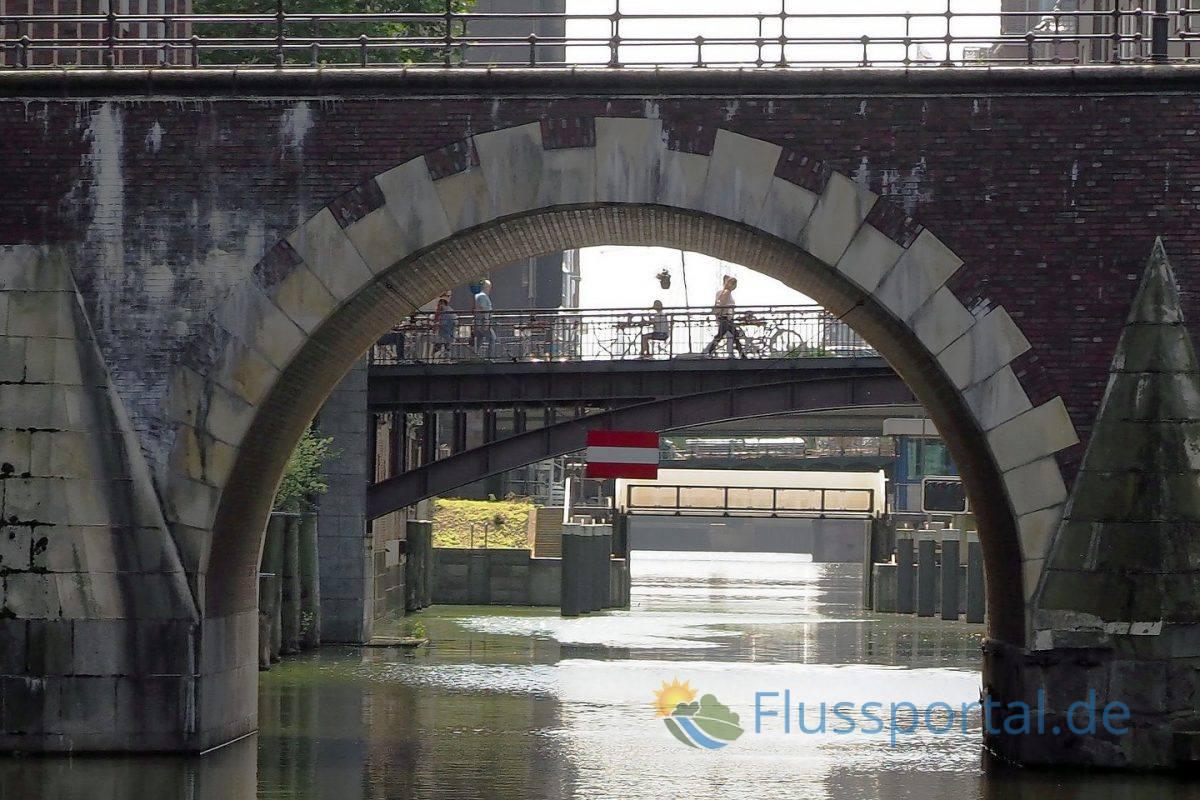 Das Herrengrabenfleet mit einer Sicht durch die Brückenwelt des Fleets bis zu Sperrwerk
