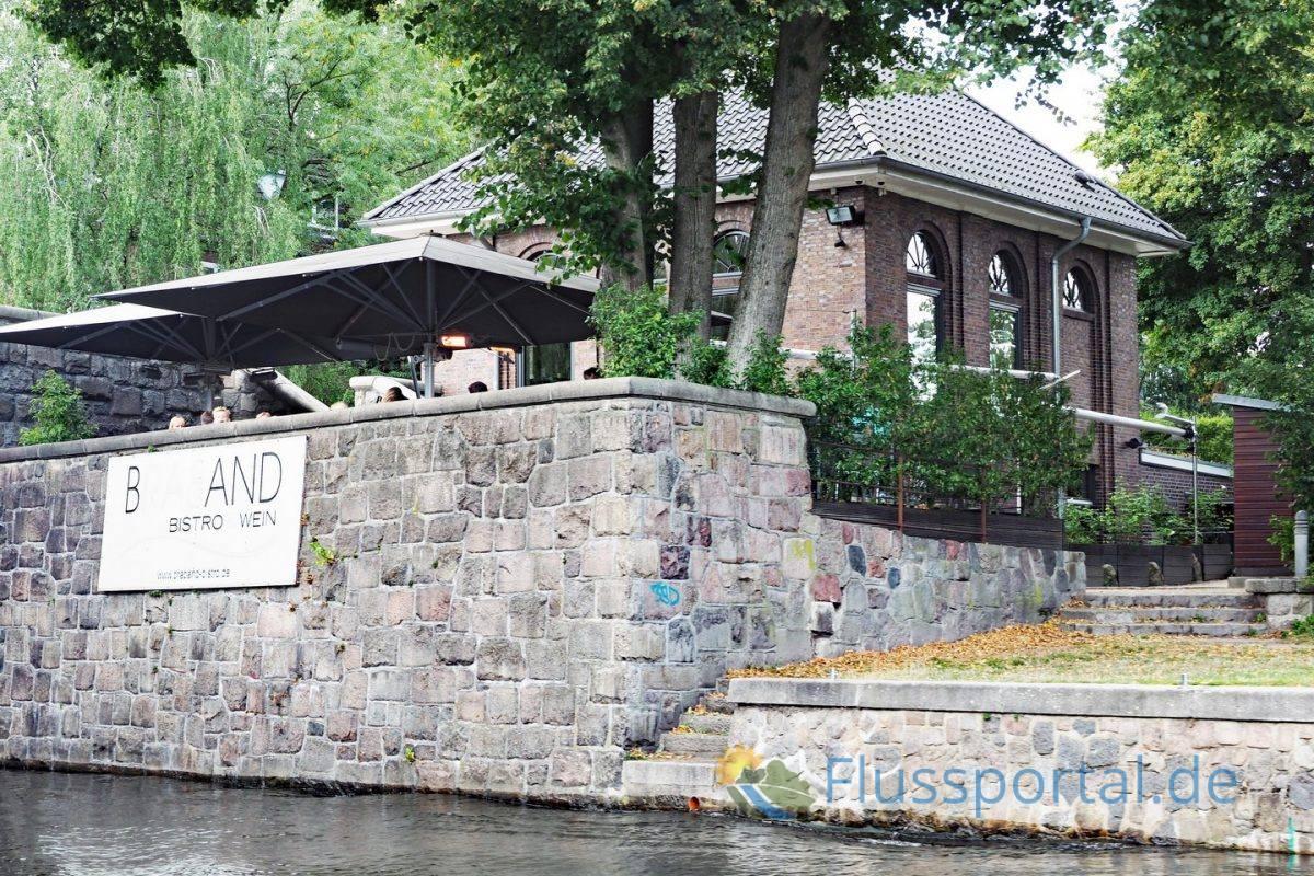 Das ehemalige Trafo-Haus am Alsterdorfer Damm in steht unmittelbar neben der Alsterdorf Dammbrücke