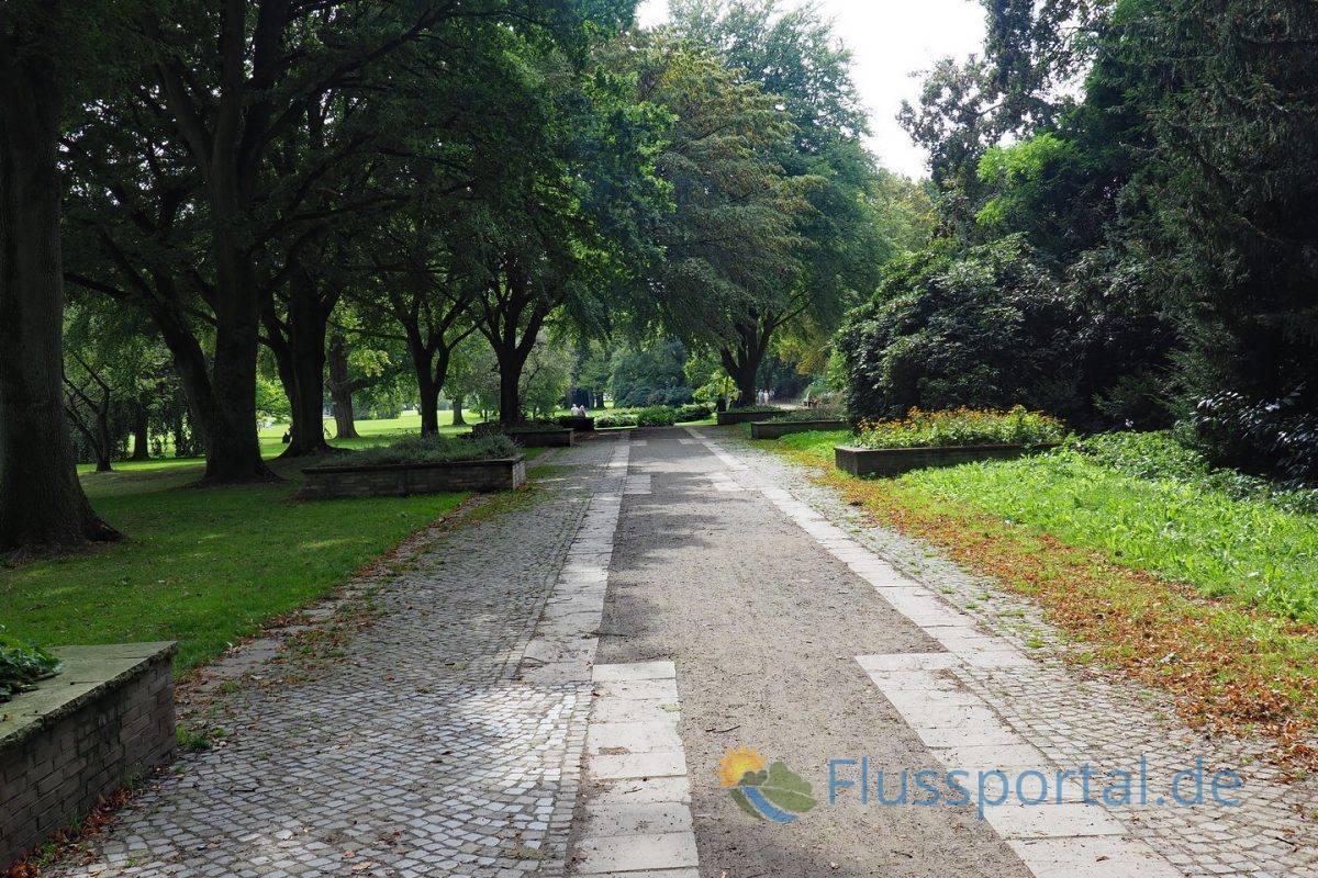 Für die Internationale Gartenbauausstellung 1953 schuf der Gartenarchitekt Gustav Lüttge eine architektonisch gegliederte Promenade entlang des Harvestehuder Weges