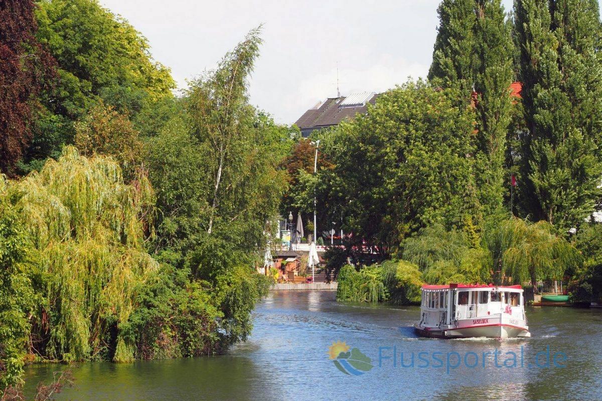 Ein Foto von der Langenzugbrücke, die die Ufer der Stadtteile Uhlenhorst und Winterhude verbindet