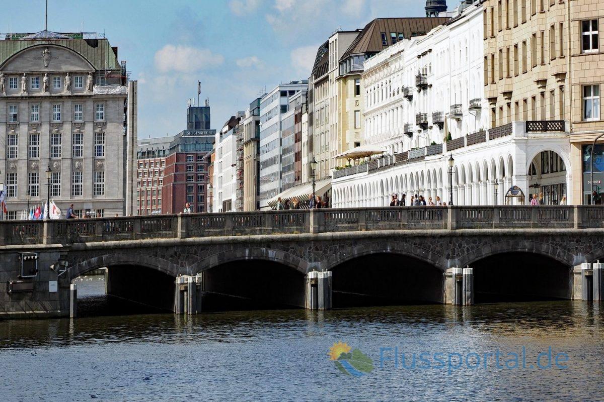 Die Reesendammbrücke überspannt die Kleine Alster in deren Verlängerung der Jungfernstieg beginnt
