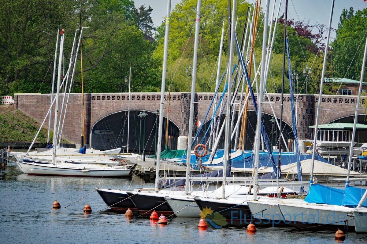 Die Krugkoppelbrücke überquert den Alsterkanal und sie stellt mit der Fernsichtbrücke die kürzeste Verbindung zwischen Winterhude und Harvestehude her