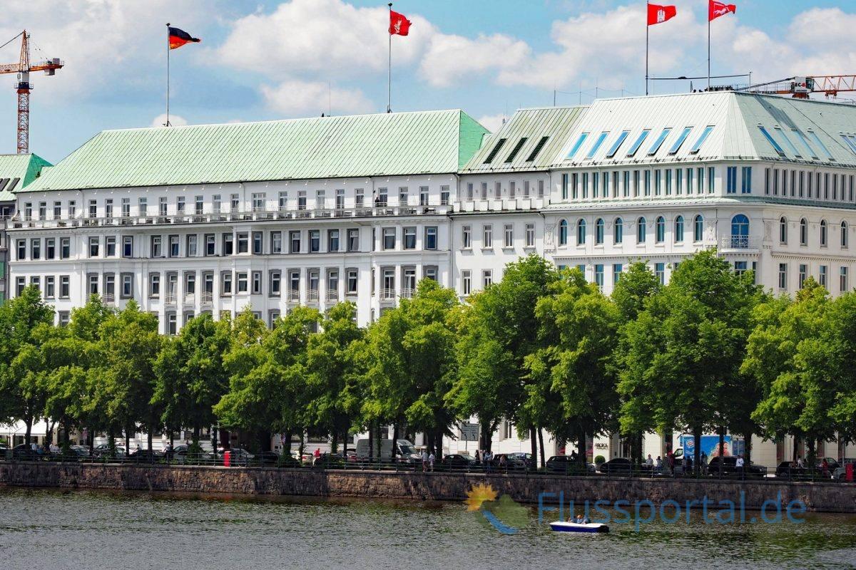 """Das 5-Sterne-Hotel """"Fairmont Vier Jahreszeiten"""" an der Binnenalster"""
