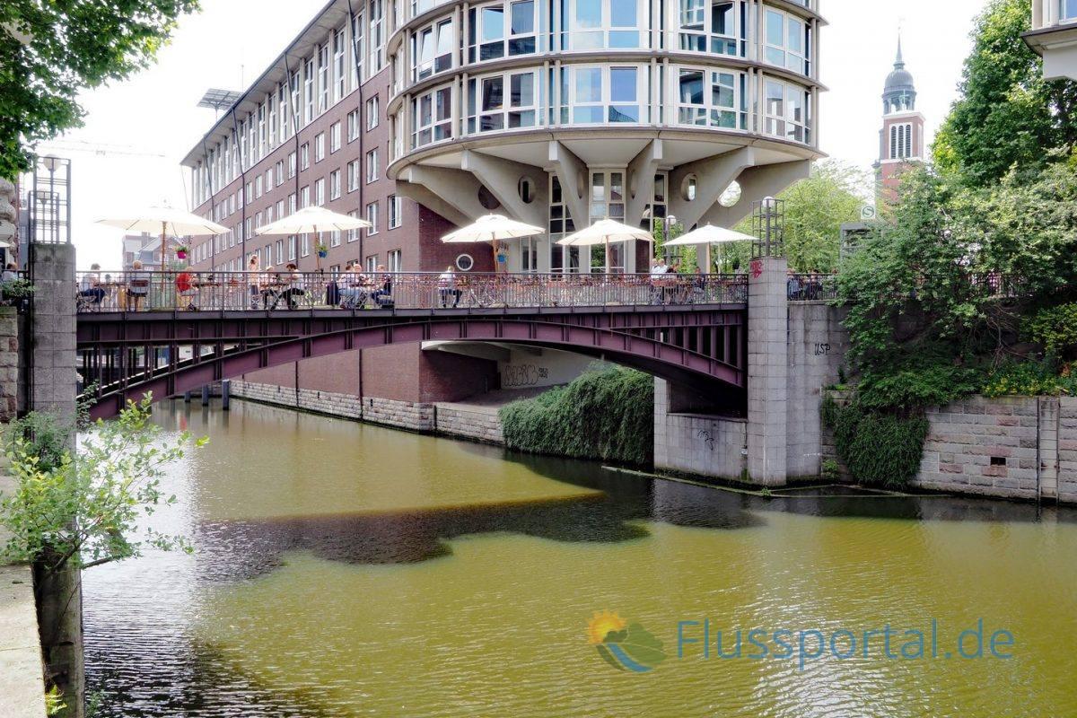 Die Michaelisbrücke über den Herrengrabenfleet verbindet den Fleethof mit der Michaeliskirche