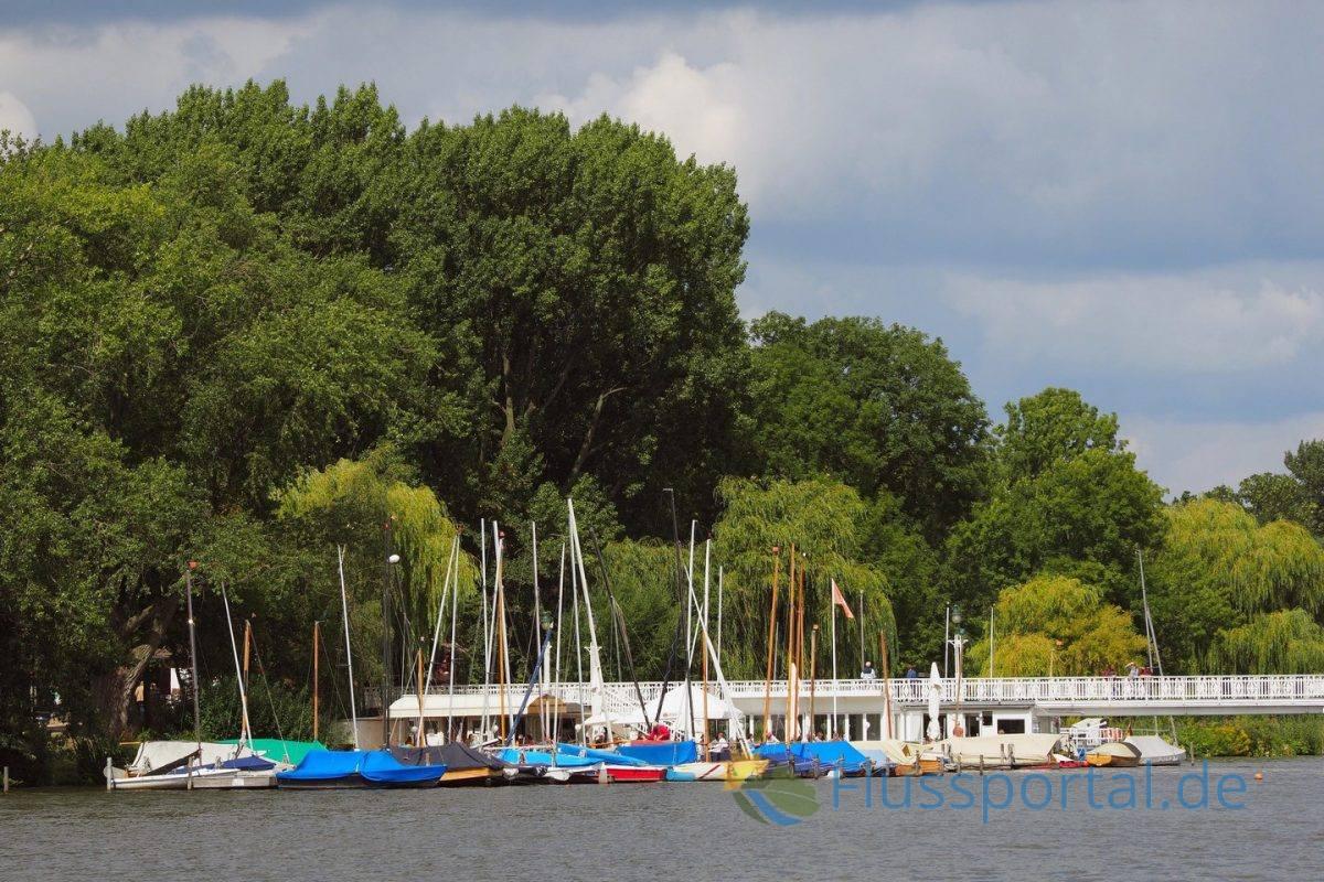 Am Schiffsanleger Alte Rabe verengt sich das breite Parkgelände