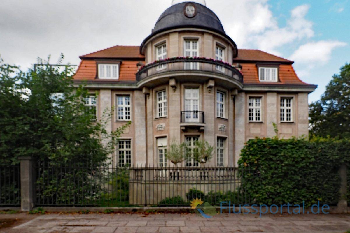 """Die Troplowitz Villa an der Straße """"Fernsicht"""" durchbricht die weiße Alster-Architektur"""