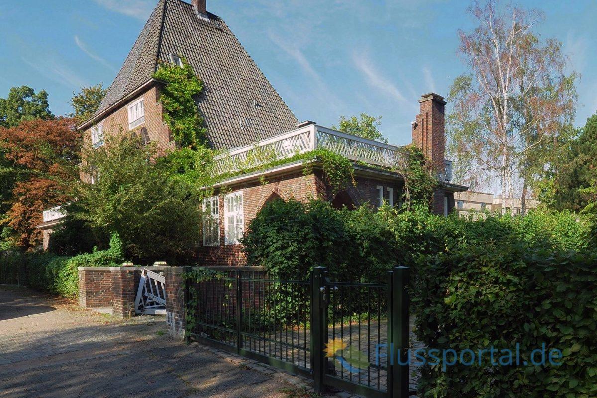 An der Brabandstraße 1-2 baute der Architekt Hermann Höger 1926/27 ein Doppelhaus in expressionistischer Backsteinarchitektur