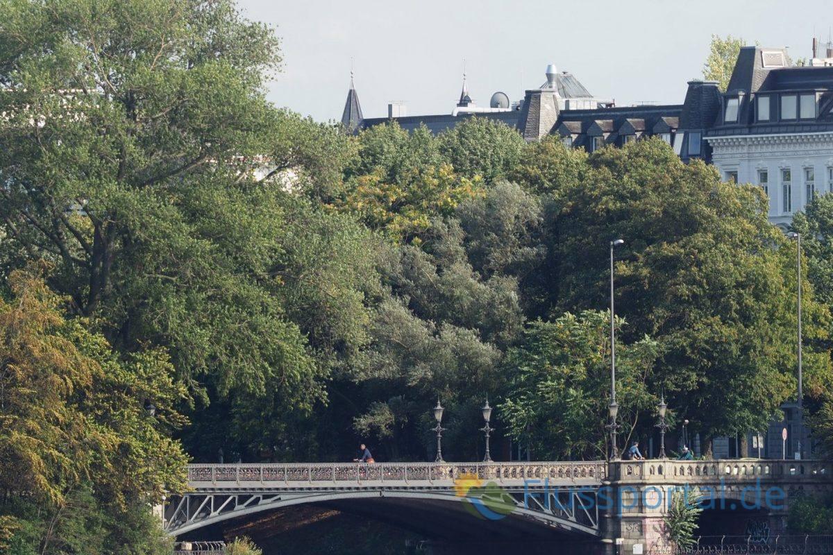 Die Schwanenwikbrücke überquert den Mundburger Kanal