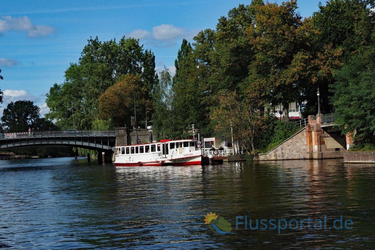 """Hinter der der Winterhuder Brücke und dem Schiffsanleger """"Winterhuder Fährhaus"""" beginnt ein neuer Abschnitt des Alsterkanals, dessen Bau erst 1914 begann"""