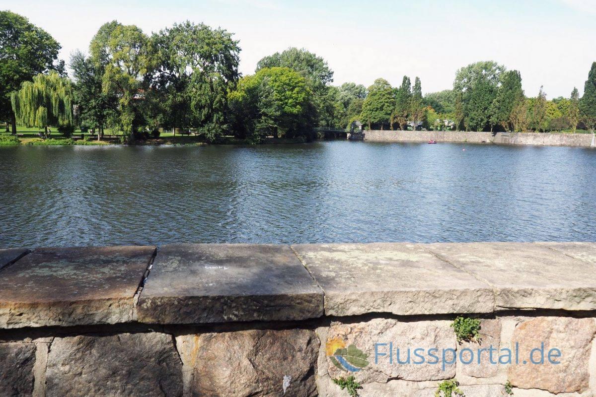"""Der Blick vom Winterhuder Kai auf den Heyns Park und rechts die mächtigen Uferbefestigungen der """"Bastion"""""""