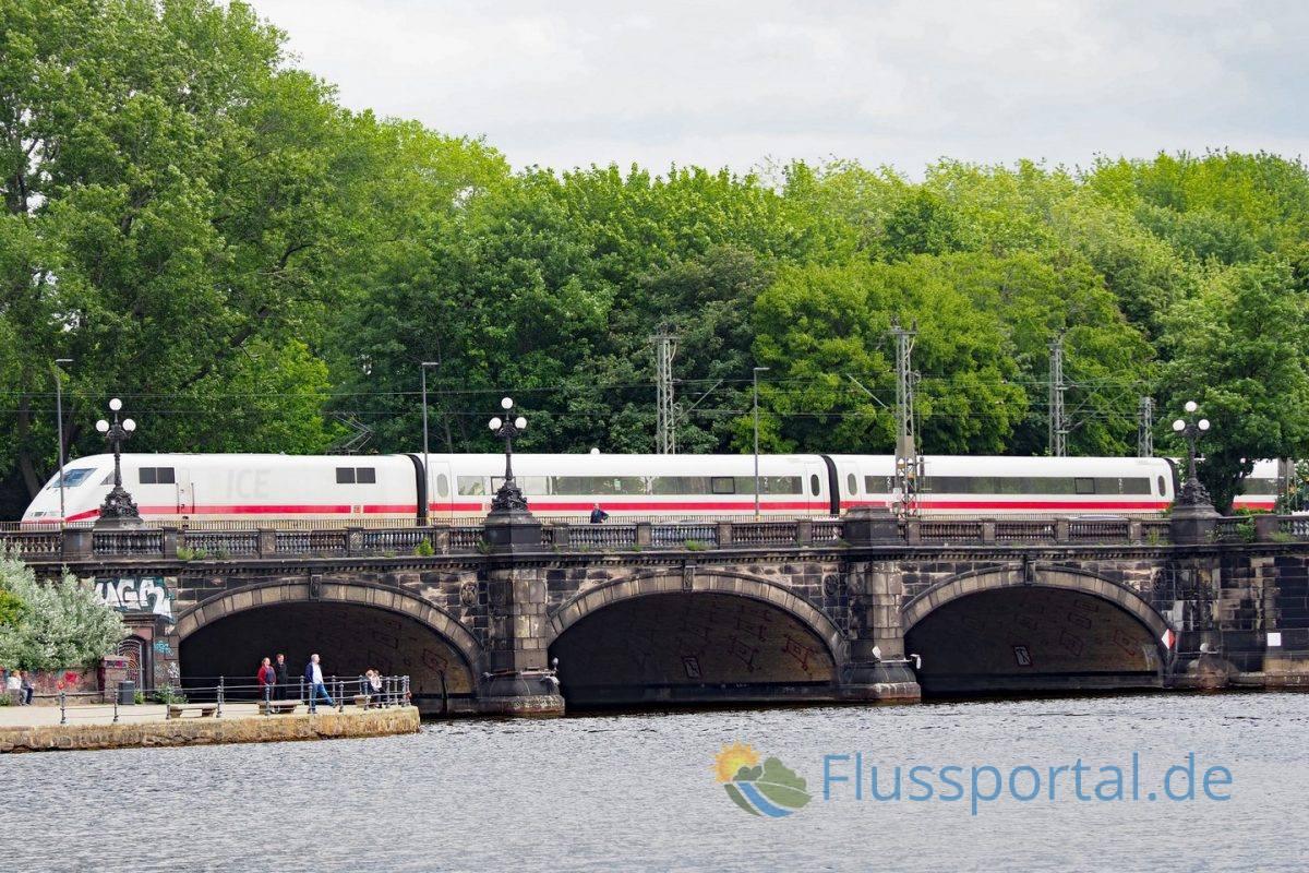 Die Lombartsbrücke markiert den alten Verlauf der Stadtbefestigung, die die Außenalster von der Binnenalster trennte