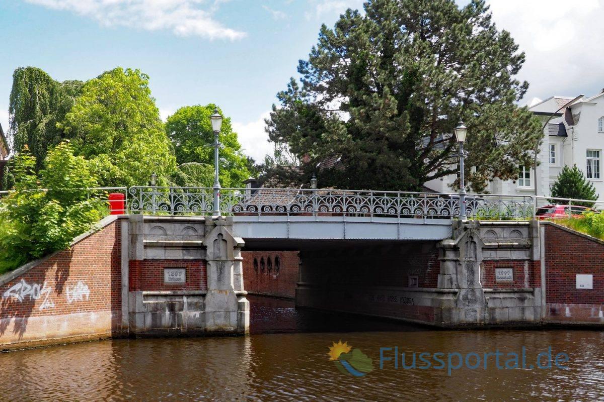 An der Werftbrücke verzweigt der Seitenkanal Leinpfad vom Hauptkanal der Alster ab
