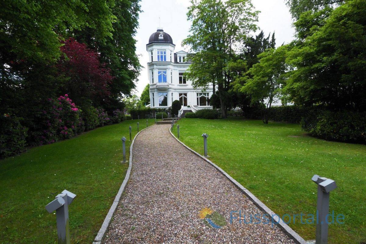 Ein klassische weiße Villa, wie viele Villen am Harvestehuder Weg unter Denkmalschutz steht
