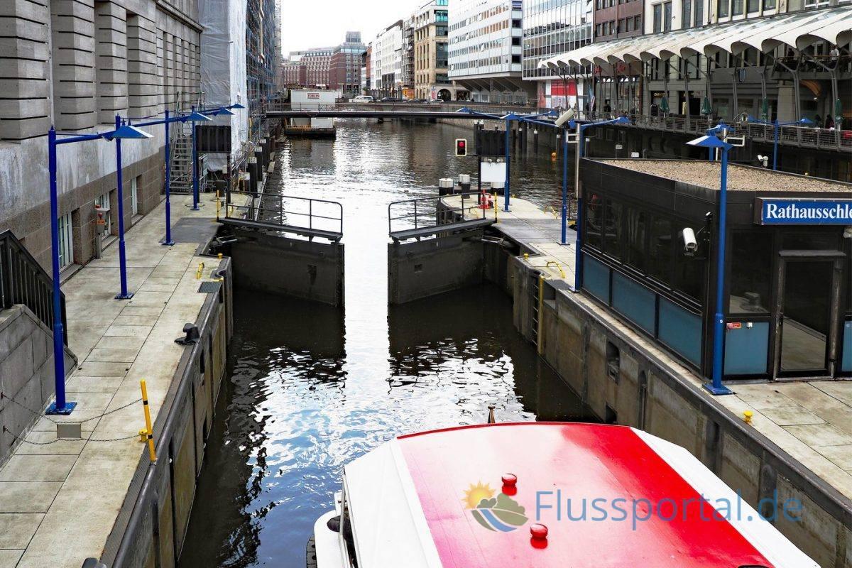 Auf dem Weg zur Mündung der Alster: Die Rathausschleuse mit Blick auf den tiefer liegenden Alsterfleet