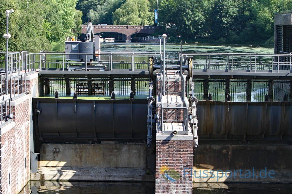 Schleuse Ohlsdorf mit Sicht auf die Schleusenkammer und auf die Ratsmühlenbrücke
