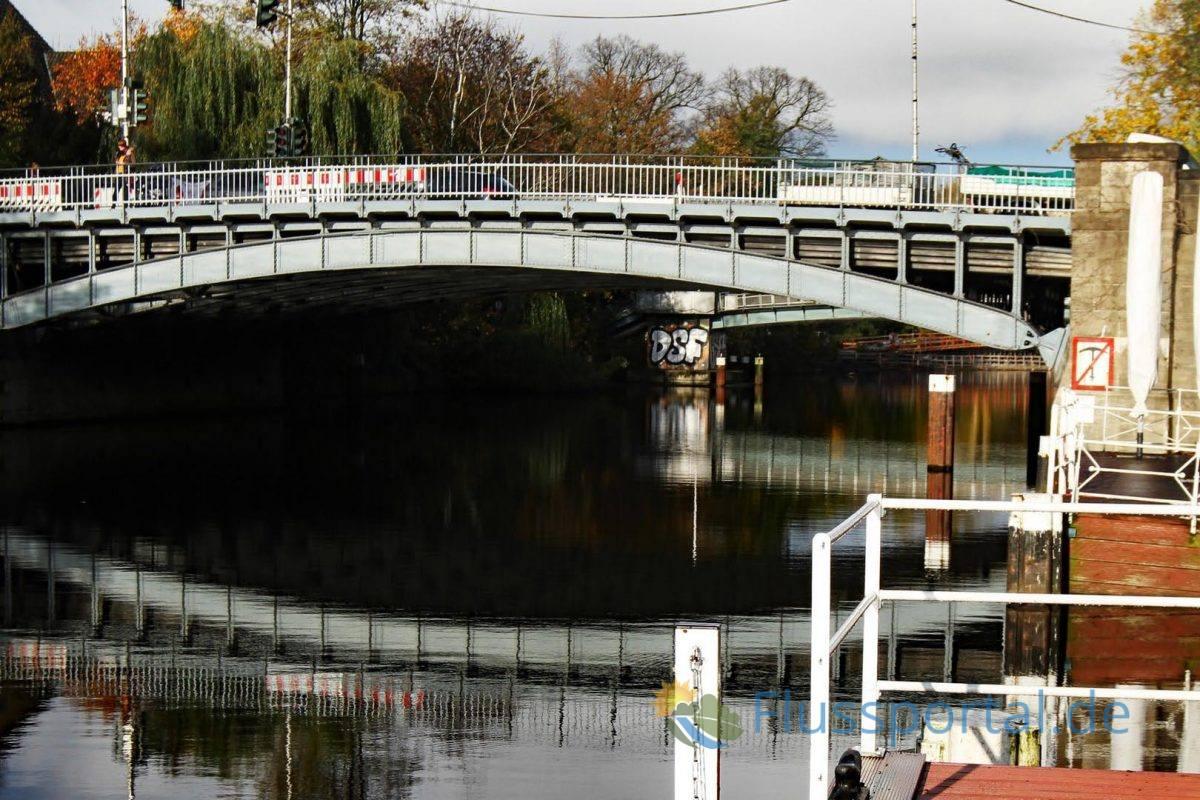 Die Winterhuder Brücke ist die Schnittstelle vom klassischen Kanal am Leinpfad zum wesentlich jüngeren  Abschnitt des Alsterkanals, dessen Bau erst 1914 und in den etwa im Jahr 1930 abgeschlossen werden konnte