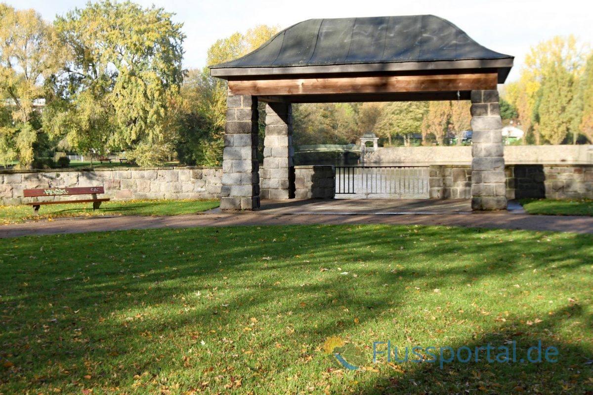 Der Pavillon am Winterhuder Kai markiert einen Aussichtspunkt auf die Haynspark-Brücke mit dem spiegelbildlichen Pavillon