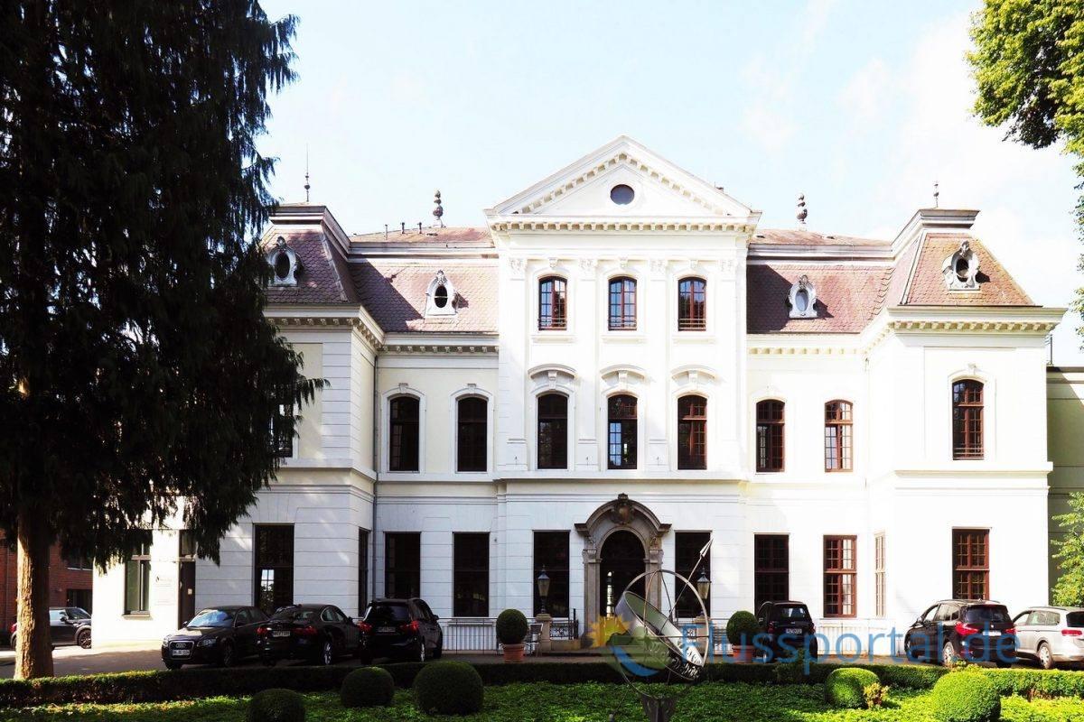 Das Herrenhaus wurde 1888 durch den Architekten Martin Haller um ein Geschoss aufgestockt.